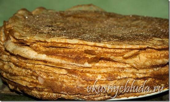 На этом фото горкой сложены Гречишные блинчики с мёдом - это просто объедение!..
